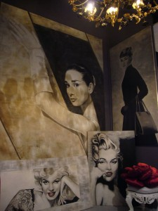 Alcuni ritratti di Audrey e Marylin nell'allestimento di Mariani Affreschi ad Abitare il Tempo 2009