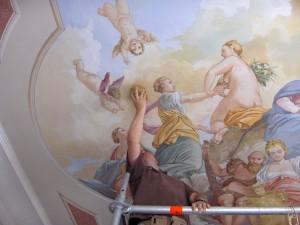 Un artista di Mariani Affreschi lavora alla realizzazione di un soffitto affrescato