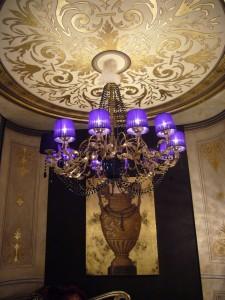 Impreziosisce l'ambiente e rende unico lo spazio: un soffitto decorato a foglia oro by Mariani Affreschi