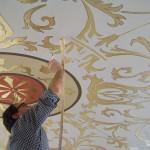 L'ultimo tocco: il profilo della foglia oro e il soffitto è un'opera d'arte