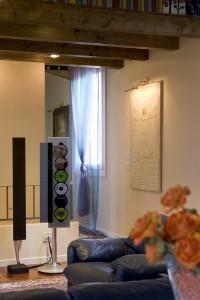 """Gli interni di una casa moderna: appeso alla parete destra un affresco de """"L'uomo di Vitruvio"""" di Leonardo"""