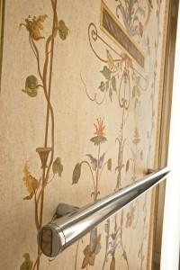 Un particolare dei decori: la scelta di un tema leggero e raffinato si adatta allo spazio dell'ascensore