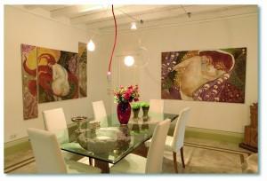 Gli interni di una villa privata: alle pareti due affreschi di Klimt
