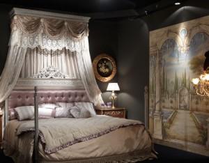 La poesia dell'abitare al Salone del Mobile 2010: l'eleganza di un meraviglioso letto firmato ArteArredo si sposa con la raffinatezza di un affresco di Mariani