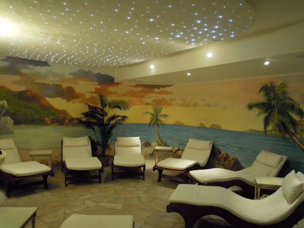 Una veduta di mare realizzata in loco dagli artisti Mariani per la zona relax