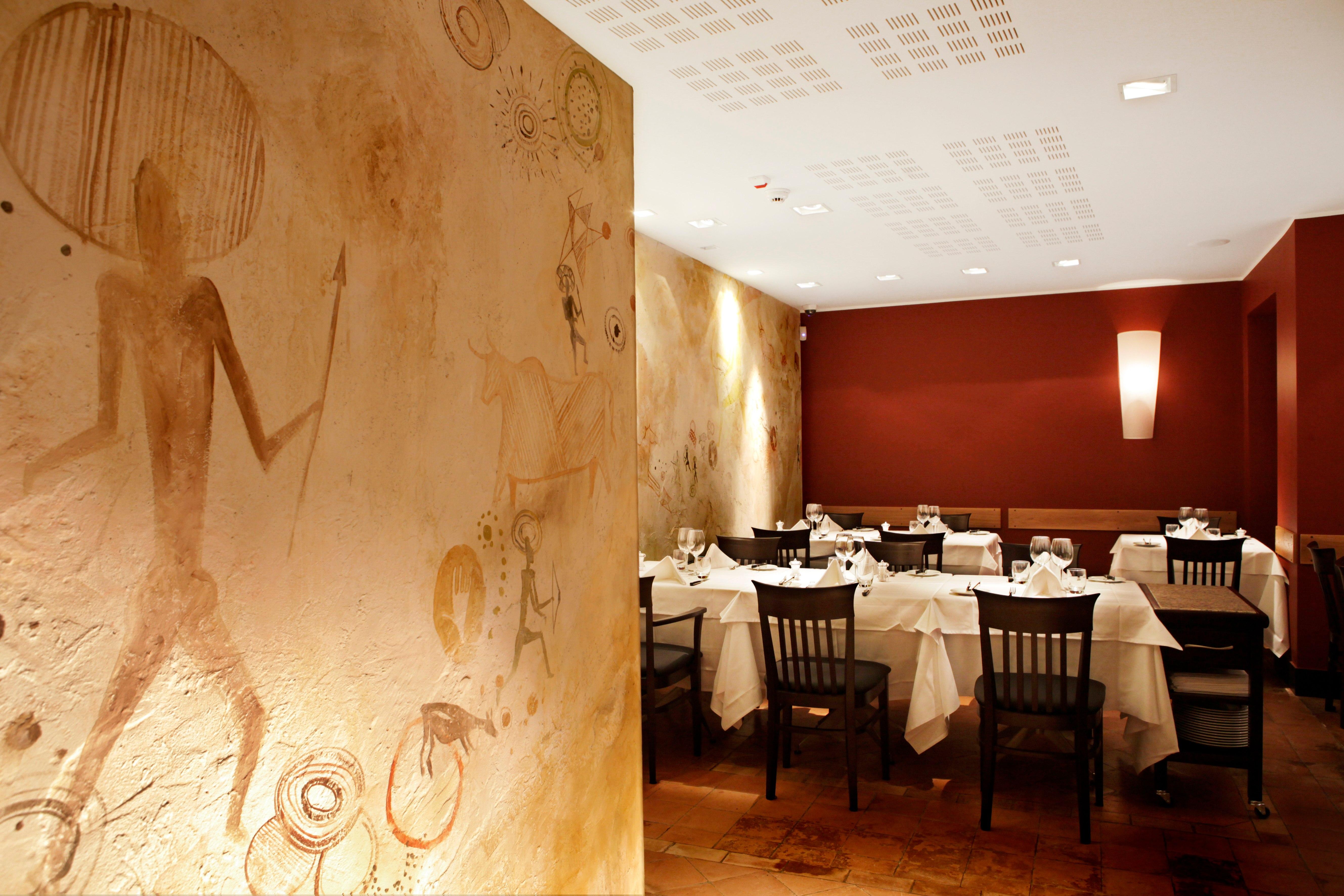 Ecco alcune decorazioni ispirate alle incisioni rupestri realizzate da Mariani Affreschi per gli interni del nuovo ristorante Barbacoa di Milano