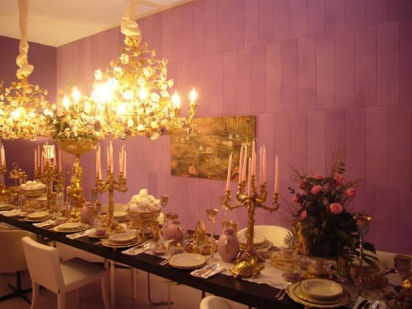 Elegante, raffinata, preziosa: è la sala da pranzo dell'allestimento Casa Giardino un progetto che ha coinvolto il gruppo Classico Italiano di cui fa parte Mariani Affreschi