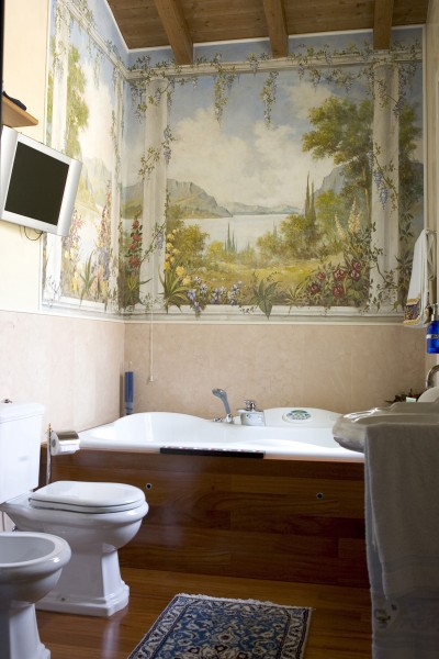 Anche l'ambiente bagno può essere arricchito con un affresco su tela: ecco un esempio by Mariani