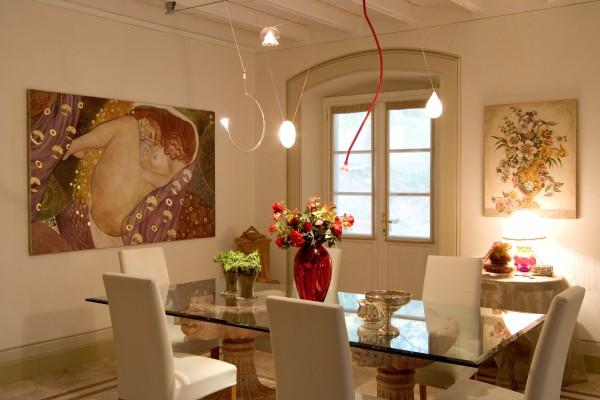 In una villa privata due bellissimi affreschi su telaio rendono magica l'atmosfera della sala da pranzo