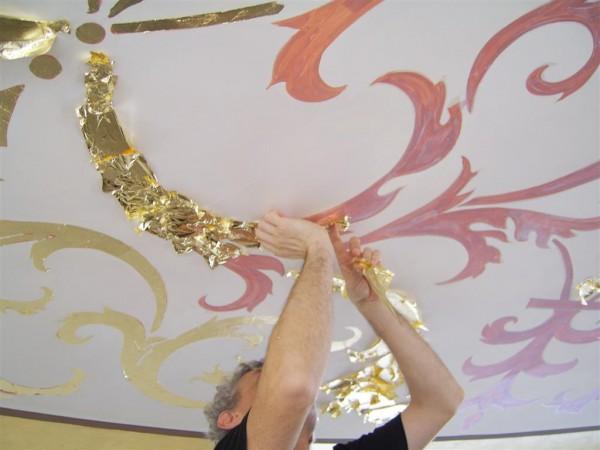 Un artista del laboratorio Mariani al lavoro durante la fase di decorazione foglia oro