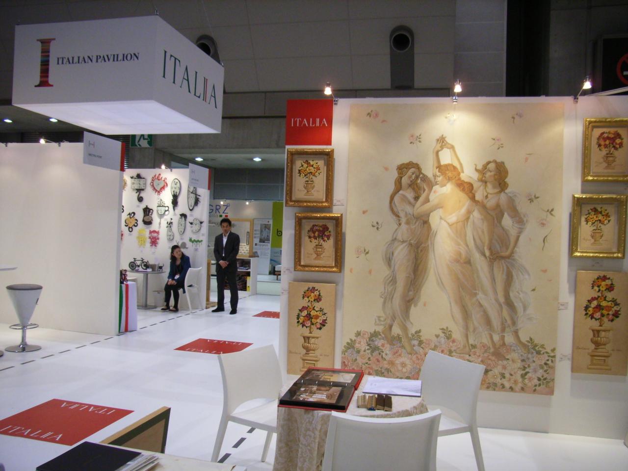 Mariani Affreschi promuove i propri prodotti attraverso fiere internazionali, in Italia e all'estero. Nella foto un'esposizione a Tokyo