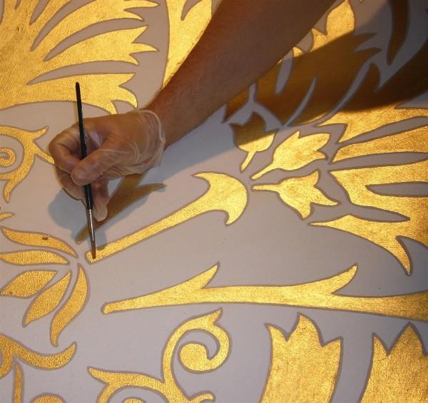 Un particolare della profilatura del decoro in foglia oro