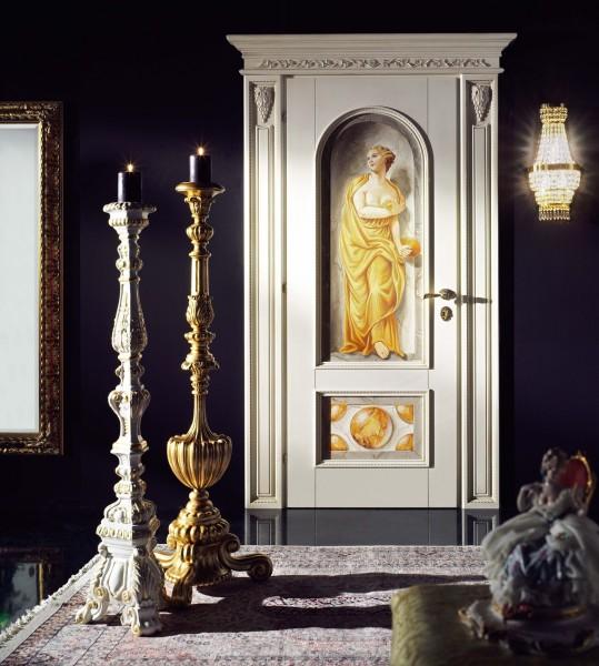 Una dama classica è raffigurata all'interno di una finta nicchia, creando un gradevole effetto trompe l'oeil
