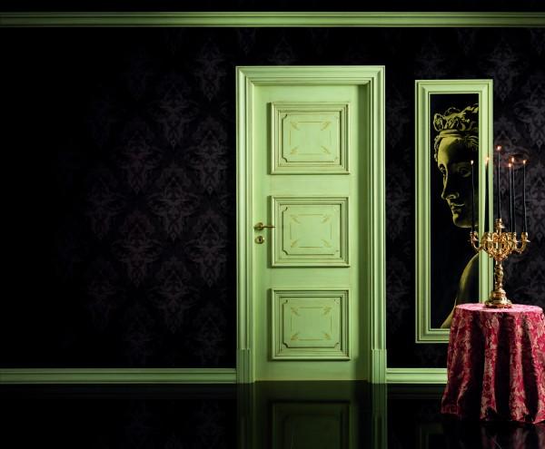 Un'ambientazione suggestiva, sulla destra l'affresco con la sua pregiata corince, a sinistra la porta realizzata da Barausse