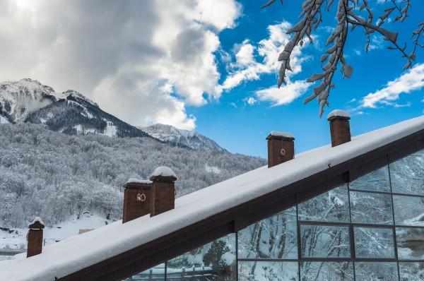 La vista mozzafiato delle montagne di Krasnaja Poljana, versante meridionale Grande Caucaso, dove si trova l'Hotel Villa Adriano