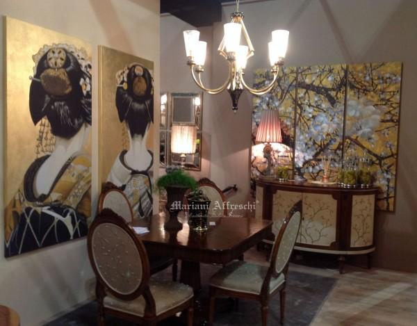 Fiori e figure giapponesi in un'ambientazione presso lo stand di Arkeos (Vittorio Grifoni). Le opere su tela appartengono alla collezione ArteMariani