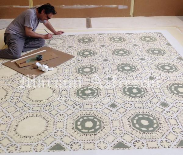 L'opera di grandi dimensioni e' stata dipinta minuziosamente dall'artista, il soggetto si ispira al soffitto a cassettoni della Sala dell'Udienza di Palazzo Vecchio di Urbino.