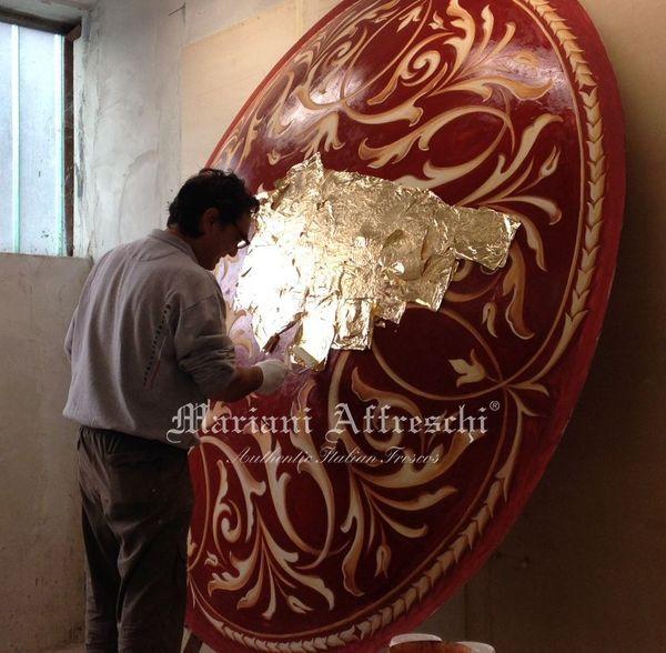 L'applicazione della foglia oro sulla elegante struttura che oggi arreda il casinò di Bucarest