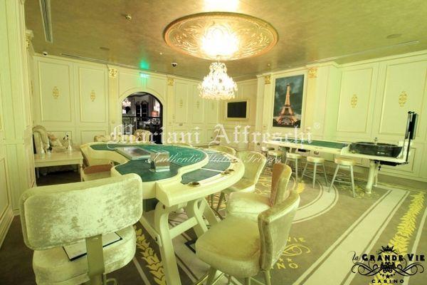 Un'altra prospettiva del progetto d'arredo Mariani: l'elegante decoro della struttura e' ripreso nel mezzo dei tavoli da gioco