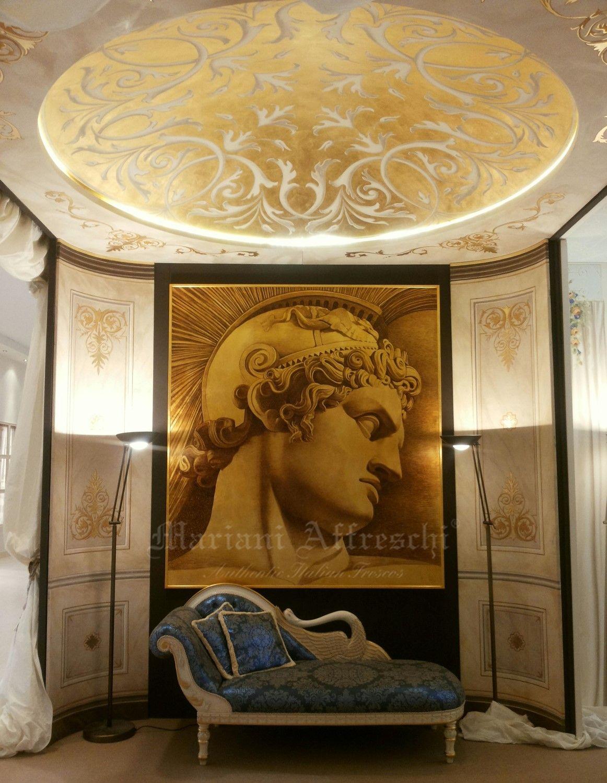 """L'ingresso dello stand di Mariani Affreschi. A parete il dipinto su foglia oro """"Condottiero"""", a soffitto la cupola dorata"""