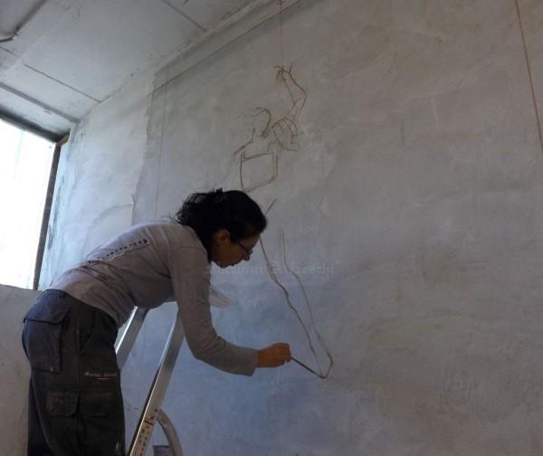 L'artista inizia la sua opera. Dalla traccia a matita nascerà l'affresco che andrà a decorare una cappella cimiteriale