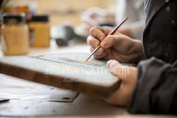 Decorazione a mano su tavola in legno