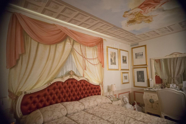 Anche la scenografia dietro la testata di un letto può diventare un'opera d'arte, ecco le decorazioni artistiche realizzate dagli artisti di Mariani