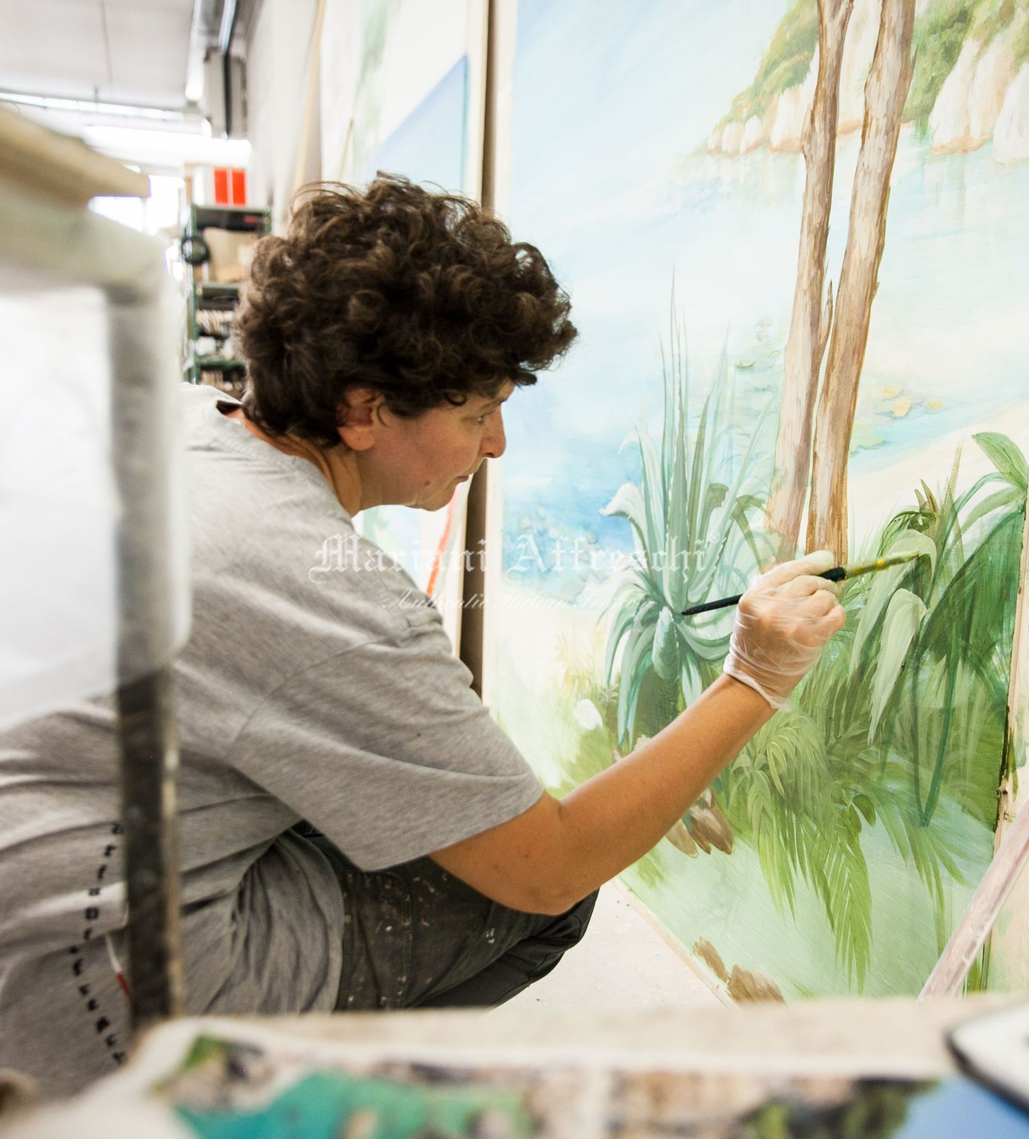 L'artista di Mariani Affreschi dipinge le agavi. E' il primo piano del trompe l'oeil, un elemento molto importante per creare la sensazione di profondità