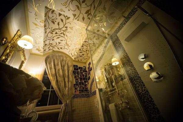 Decorazioni con finitura in foglia oro realizzate a mano da abili maestri artigiani possono arredare con eleganza e raffinatezza anche un bagno di piccole dimensioni