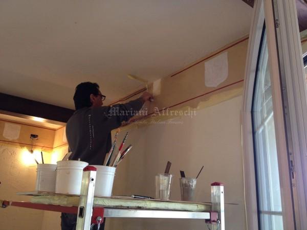 L'artista di Mariani Affreschi al lavoro per gli affreschi decorativi della casa