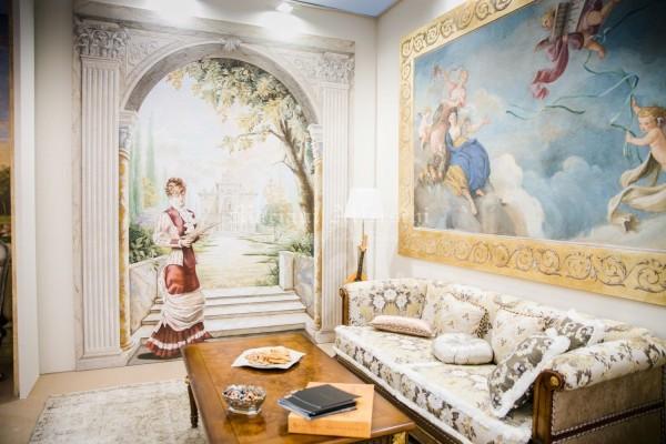 Una sala classica all'interno dello stand di Mariani, interamente affrescata sia a parete che a soffitto