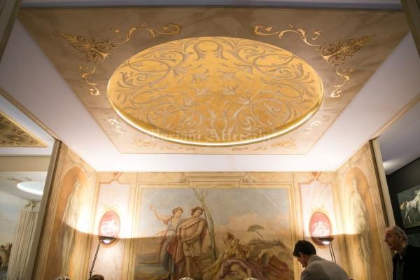 Cupola con rosone in foglia oro. Il soffitto domina sulla Sala Ville Venete, una delle ambientazioni più rappresentative