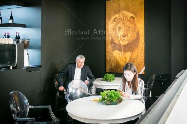 Leone, opera della collezione ArteMariani, realizzata su tela in foglia oro. Nell'immagine l'opera è esposta nell'Area Lounge del Gruppo Classico Italiano