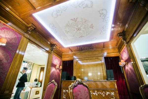 Soffitto decorativo dipinto a mano, realizzato da Mariani Affreschi per lo stand di Fratelli Bianchini al Salone del Mobile di Milano