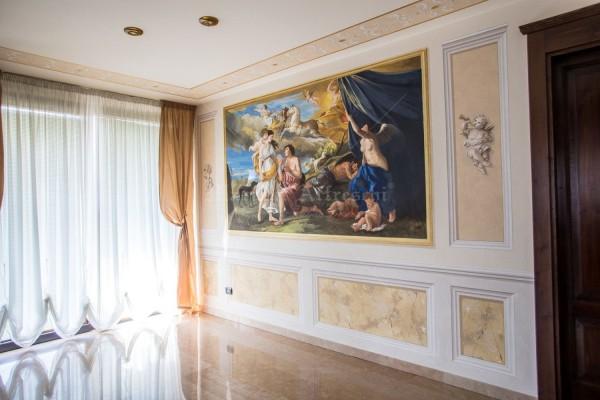 """La parete interamente dipinta dagli artisti di Mariani. Protagonista è """"Diana ed Endimione"""" di Poussin, circondato da elaborate riquadrature decorative e finti marmi a boiserie"""