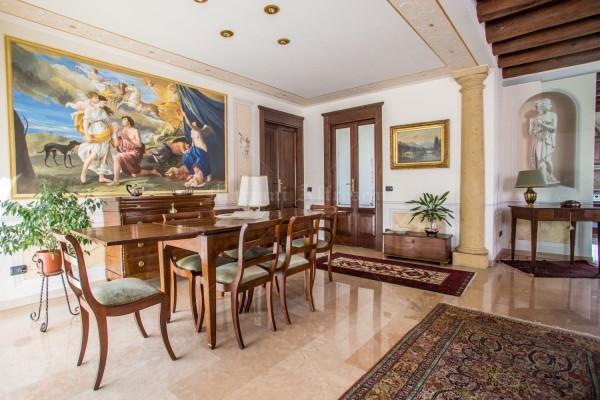 In questo scatto suggestivo possiamo osservare l'intera stanza dipinta da Mariani Affreschi. E' evidente la cura di ogni dettaglio, dagli affreschi ai mobili. Sulla destra la Venere italica dipinta a parete