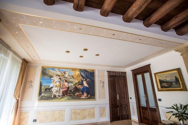 """Uno scatto che permette di osservare la sala nel suo insieme: il fregio a soffitto, le riquadrature a parete e la boiserie in finto marmo sono una cornice armoniosa dell'opera principale """"Diana ed Endimione"""", dipinta da Mariani Affreschi"""