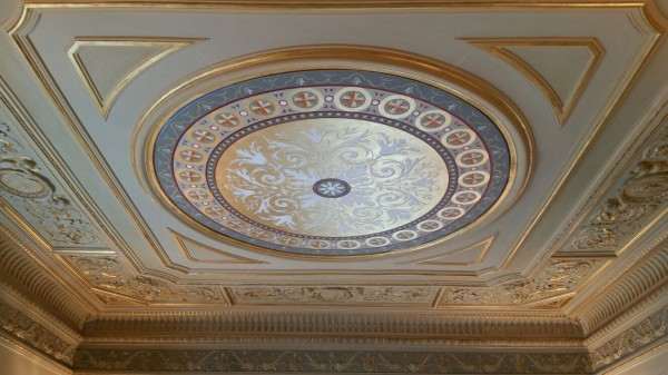 Il rosone decorativo ornamentale installato al soffitto. L'opera è stata eseguita perfettamente a misura per inserirsi in armonia con gli stucchi esistenti