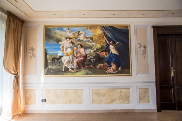 Una decorazione parietale realizzata a tutta superficie presso un elegante appartamento privato