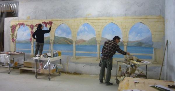 Due artisti di Mariani durante l'esecuzione in laboratorio di un grande paesaggio ad affresco
