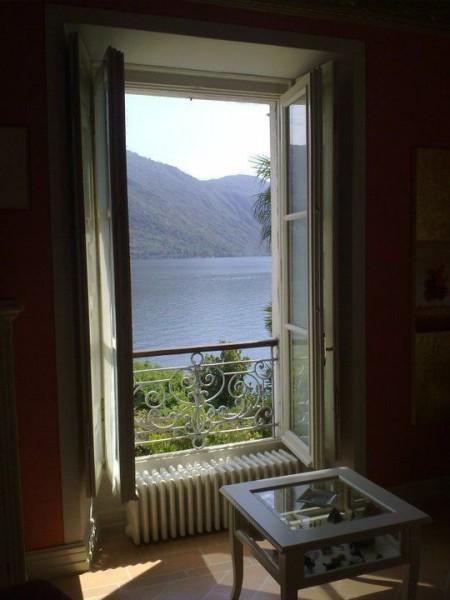 La villa si affaccia sul Lago Maggiore, offrendo ai suoi proprietari una vista magnifica dalle sue nobili stanze