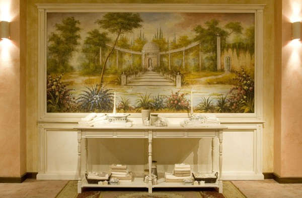 Un paesaggio di grandi dimensioni montato su telaio ed installato in una parete a boiserie