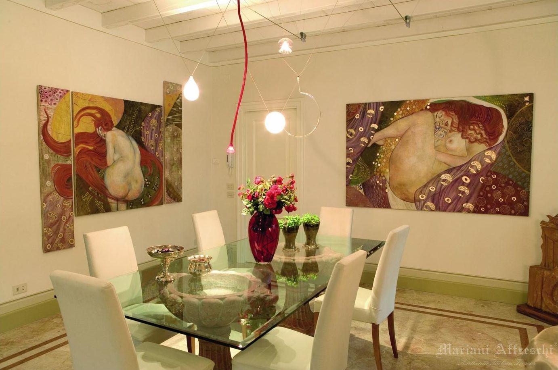 In questa raffinata sala da pranzo, tutta l'eleganza e la magnificenza degli affreschi del Klimt si esprimono con personalità esclusiva in un ambiente dove nessun dettaglio è lasciato al caso