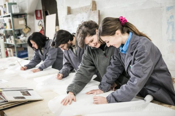 An Art Master explains the basics of the fresco technique to students (Mariani Affreschi Academy)