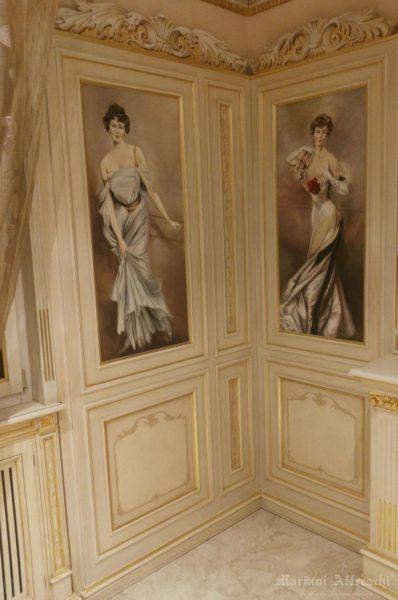 Uno scorcio della boiserie decorata con gli affreschi eseguiti dalla Mariani Affreschi ed interamente ispirati a Giovanni Boldini