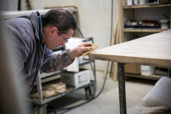 Fasi della lavorazione del piano di legno antico-Mariani Affreschi