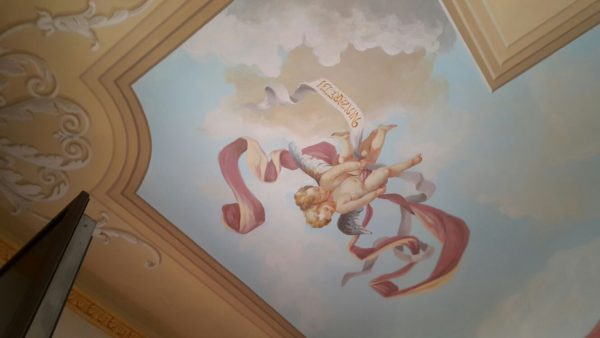 Il soffitto della sala. Il particolare è ispirato a Palazzo Reale di Torino (Allegoria della vita umana)