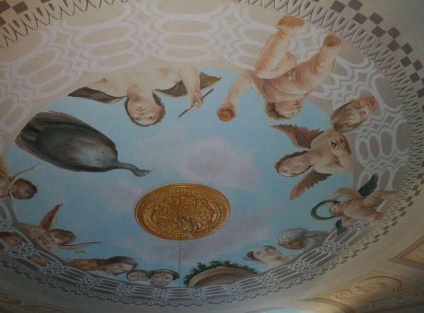 Al centro del soffitto è posto rosone in gesso dorato a foglia