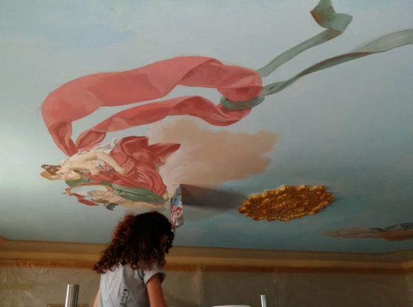 Il soffitto della sala. L'artista dipinge le figure femminili a mano libera ispirandosi all'originale