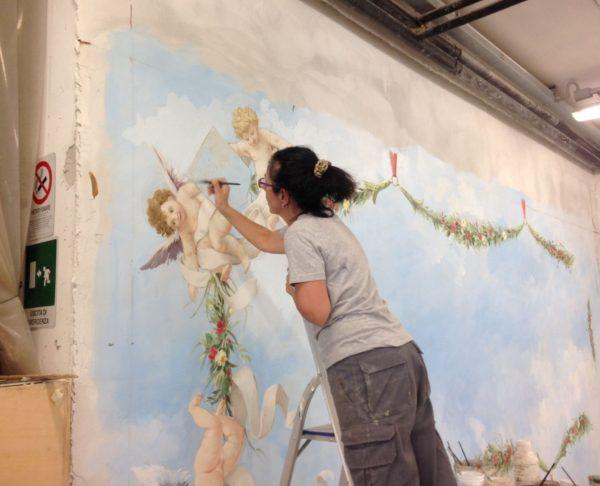 Fase di lavorazione in laboratorio di un affresco con angeli